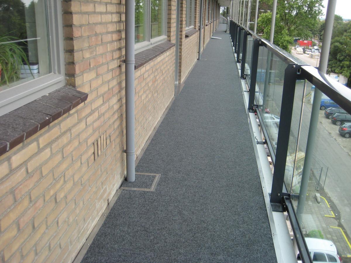 Versleten kunststof harige tapijt op buiten hanball hof vloer met